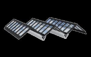Atrium Lichtband-Verglasung für flache Dächer. Die einzelnen Satteldächer werden über unauffällige Strukturträger verbunden.