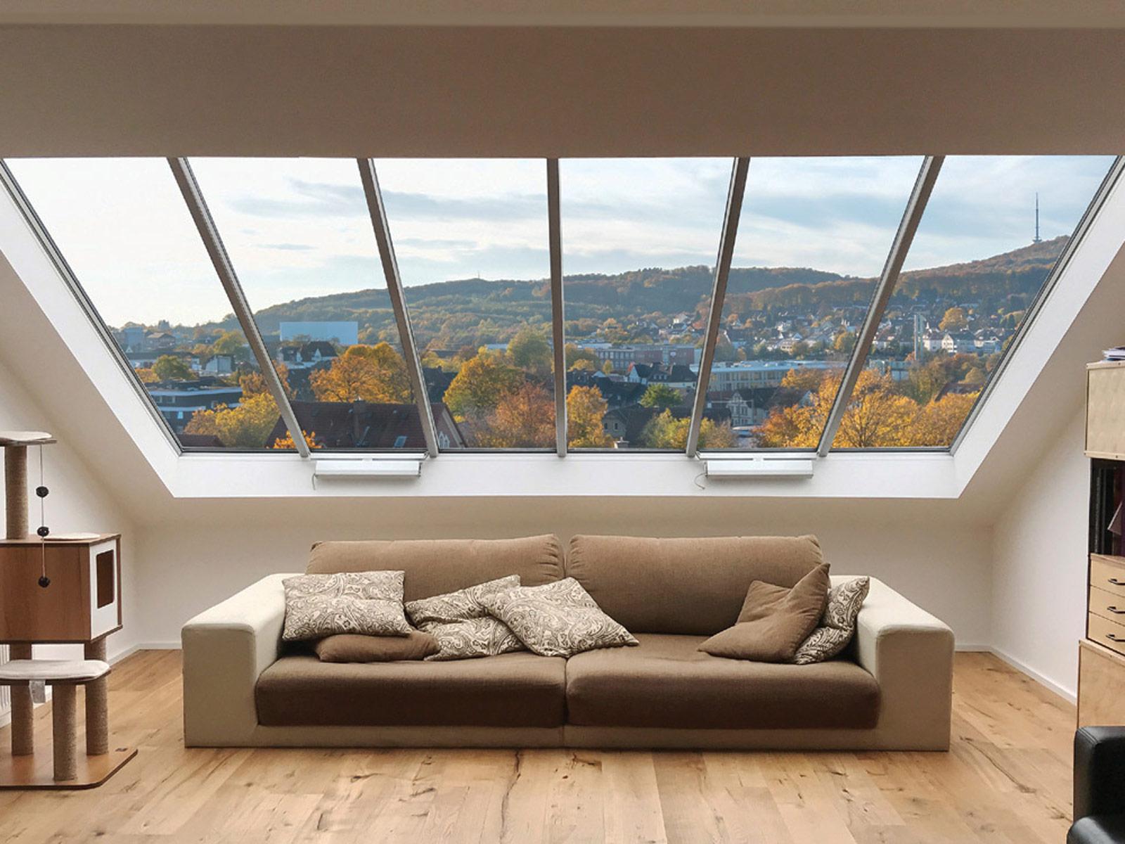 Großes Panoramafenster mit zwei zu öffnenden Fenstermodulen